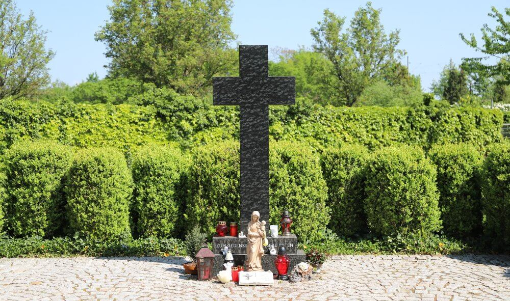 Kreuz auf dem Friedhof in Oberreut